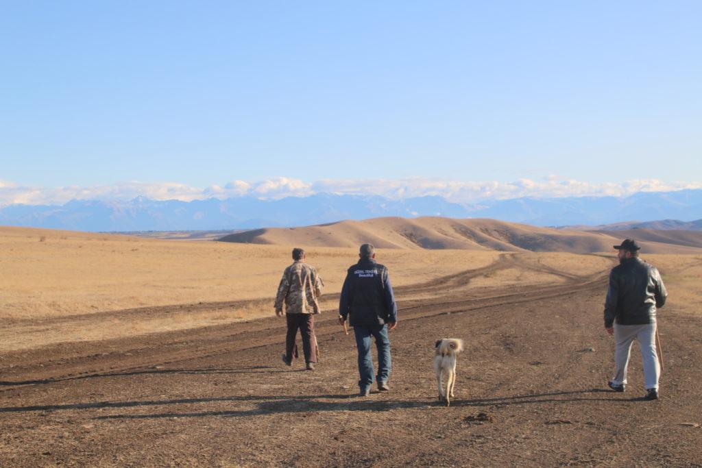 Hirten auf der Weg zu Ihren Herden -Im Hintergrund der Kleine Kaukasus